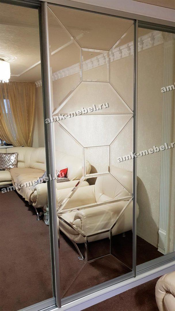Шкаф-купе с радиусными фасадами и декорированным зеркалом (фацет)